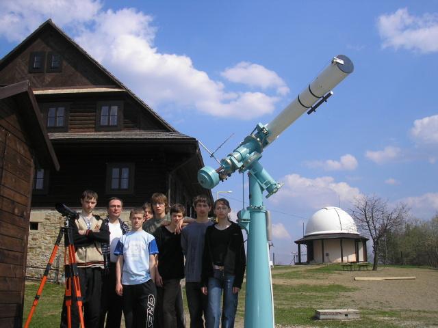 Pri 15 cm refraktore za budovou hvezdárne