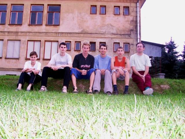 Účastníci LAPu  2005 pred budovou MŠ a ZŠ