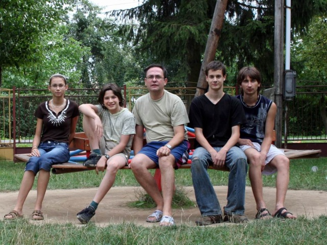Účastnící  LAPu 2007 na kolotočI pred budovou ZŠ a MŠ vo Vysokej nad Uhom