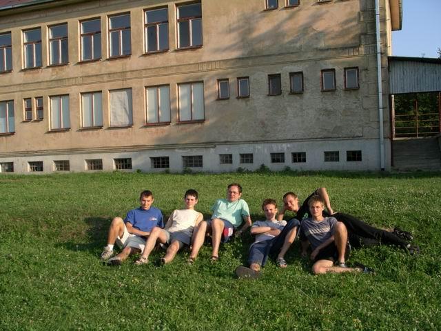 Účastníci expedície pred budovou MŠ a ZŠ