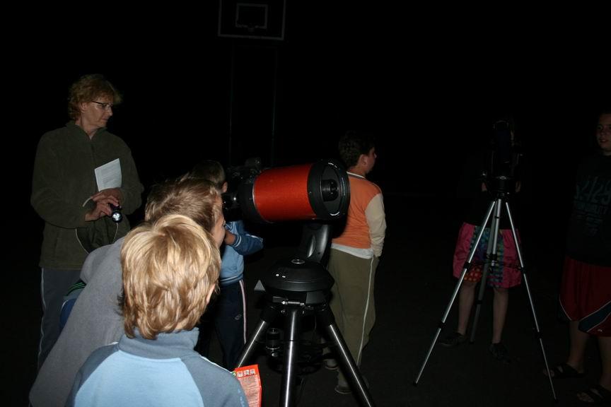 pozorovanie ďalekohľadom na Letnom astronomickom tábore